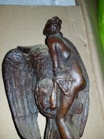 Törött, nagyon öreg sárkánnyal harcoló nimfa