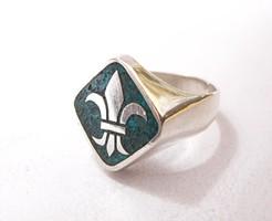 Íriszvirágos tömör ezüst pecsétgyűrű.