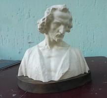 Zsolnay körpecsétes szobor.