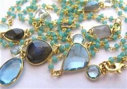 Sok különböző drágakővel, 130 cm hosszú aranyozott ezüst
