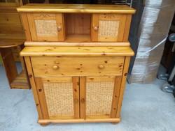 Eladó egy fenyő  komód rattan betétekkel. + 2 ajtós polc. Bútor szép , újszerű állapotú.