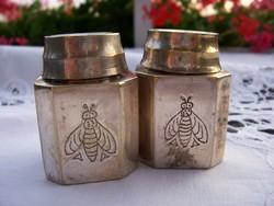 Ezüstözött fűszerszórók (asztali só- és borsszóró) porcelán betéttel