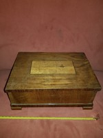 Nagy cigaretta-adagoló doboz, gyönyörű intarziával, nehéz...