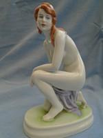 Zsolnay porcelán térdelő akt szobor a legszebb színekben pompázik
