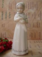 Ritka,nagyon aranyos Lladro stílusú,spanyol porcelán figura,babáját dajkáló anyuka