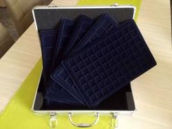 Új érmetartó bőrönd 5 db tálcával és kulcsokkal/id 9679/