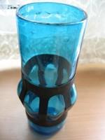 Vasba befogott fújt, kék művészi váza