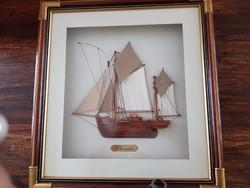 Hajó üveg mögött