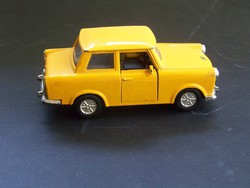 Fémből készült szép sárga trabant.
