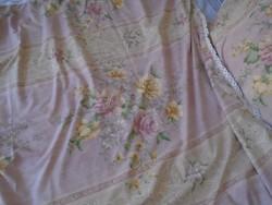 Rózsás, romantikus ágynemű garnitura vert csipkével.