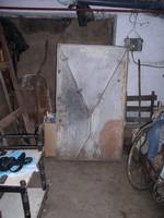 Pince, vagy Kazán -ajtó,- vasból,- 143 cm x 83 cm.  Mint látható, rajta kutya-ajtó kivágás van, mely