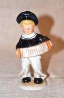 Harmonikás fiú figura