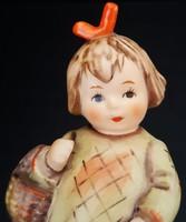 Hummel kislány kosárral, 10 cm --- KARCOS