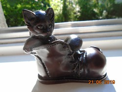 Kis cica elhagyott lyukas bakancsban,lakásdekoráció