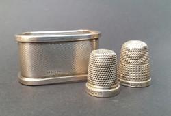 2 db angol ezüst gyűszű és 1 db angol ezüst szalvétagyűrű.