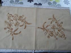 Szépséges drapp hímzett, vászon terítő