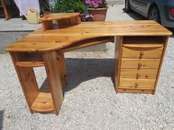 Eladó egy Claudia márkájú nagy méretű fenyő íróasztal.