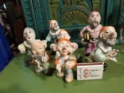 7 törpe színes , biszkvit porcelán figurák . Részletek a leírásban . 8-13,5 cm közöttiek .