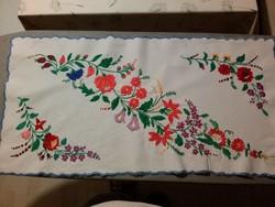 Szépséges hímzett, pamut futó asztalközép 2