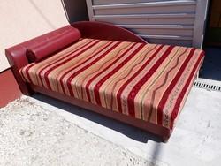 Eladó egy ágy kanapé ágyneműtartóval + dísz henger párna.