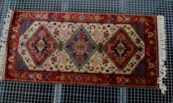 Kézi csomózású gyapjú szőnyeg.