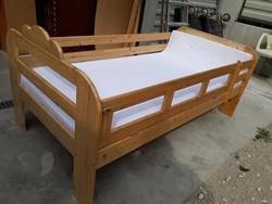 Eladó egy fenyő gyerekágy, gyerek ágy matraccal és lepedővel, le hajtható leesésgátlóval. Bútor szép