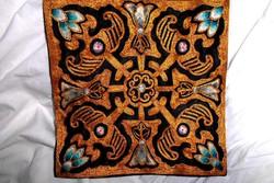 Fém szállal és selyemszállal hímzett  terítő