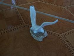 Tejüveg madár széttárt szárnyakkal márványon