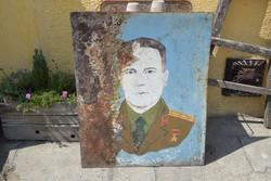Nagyméretű fém tábla, katonát ábrázoló