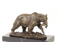 Medve-hallal a szájában bronz szobor