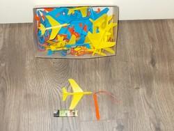 Régi bazáráru trafikáru játék gumival kilőhető műanyag repülő vitorlázó gép a képek szerint