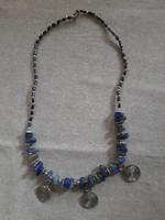 Dekoratív nyakék festett kék achát gyöngyökkel 56 cm