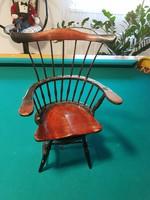 Forgó-Zenélő Karfás játékbabának való szék, fából