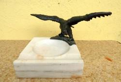 Bronz turul-madaras márvány hamutartó, asztalközép