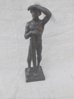 Ifj. Fekete képcsarnokos bronzon figura.