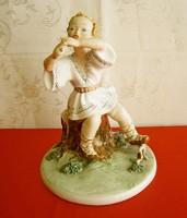 Gyönyörű, jelzett nagy és ritka Alba Iulia/Julia porcelán fatörzsön ülő furulyás furulyázó gyermek