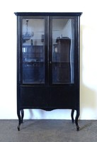 0X934 Antik fekete neobarokk üveges vitrin
