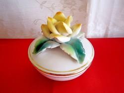 Gyönyörű jelzett fehér porcelán bonbonier rózsa fogóval, arany csíkkal
