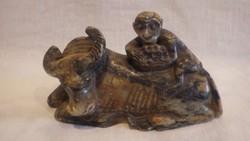 Bikán ülő majom zsírkő szobor