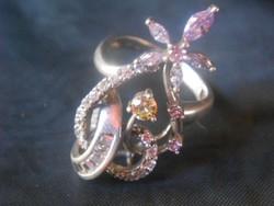 Ezüst gyűrű, jelzett,925-ös tisztaságú,gazdagon kövekkel virágmintát alkotva.Hibátlan,egyedi darab