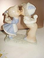 Nagyon kedves és szép porcelán figura puszilkodó kisfiú és kislány