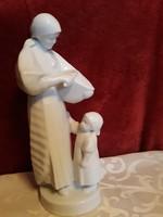 Zsolnay kenyérszelő nő