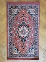 Kismértű gépi perzsa szőnyeg ágyelő szép állapotú