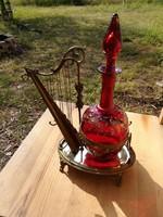 Századfordulós díszes hárfa formájú réz italkínáló festett üveggel
