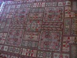 Kézi csomózású kazettás szőnyeg