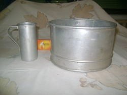 Régi alumínium szita és két deciliteres mérőedény