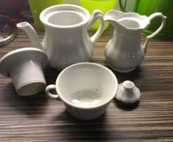 Fehér porcelán kiöntő szett csészével