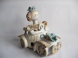 Kovács Éva kerámia autóban ülő lány