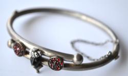 Szerecsenfejes karkötő aranyozott ezüst zománc és gránát díszekkel