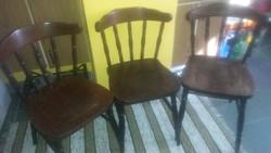 Régebbi fa masszív székek